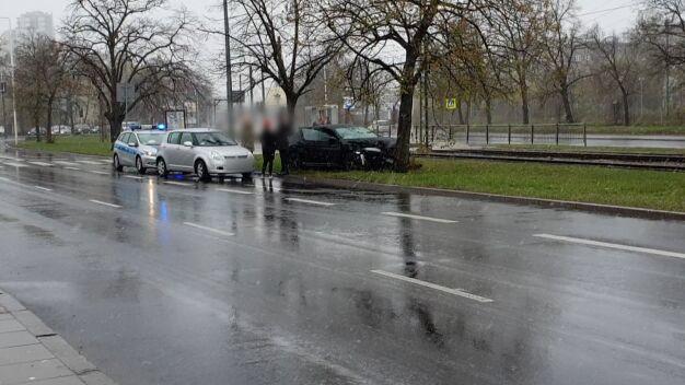Auto uderzyło w drzewo. Ślisko na drogach