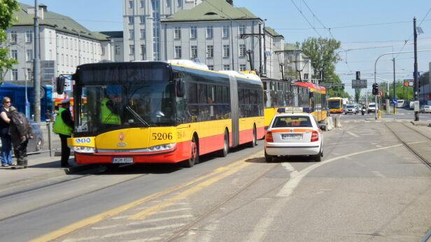 Autobus zepsuł się na torowisku Artur Węgrzynowicz, tvnwarszawa.pl
