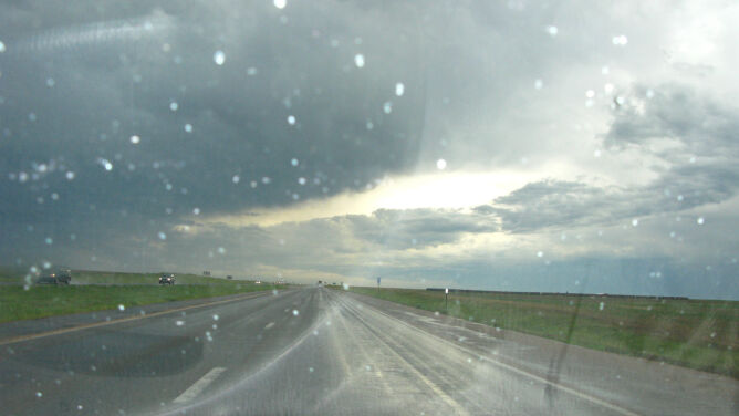 Jezdnie zmoczy deszcz. Miejscami spadnie go 10 l/mkw.