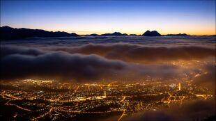 Morze chmur płynęło nad austriackim miastem