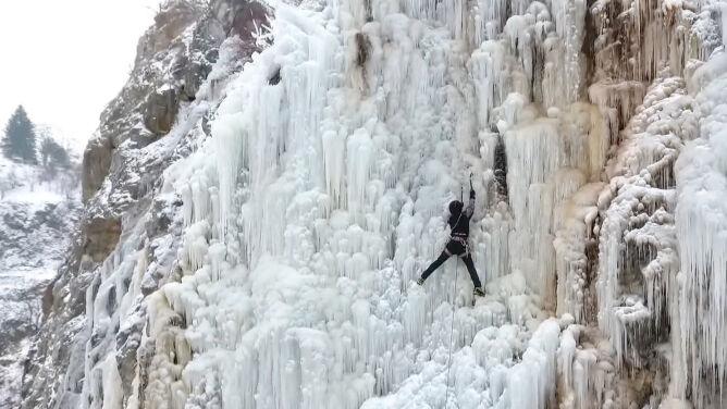 30 metrów lodowej ściany. <br />Alpiniści wspinają się w Kielcach